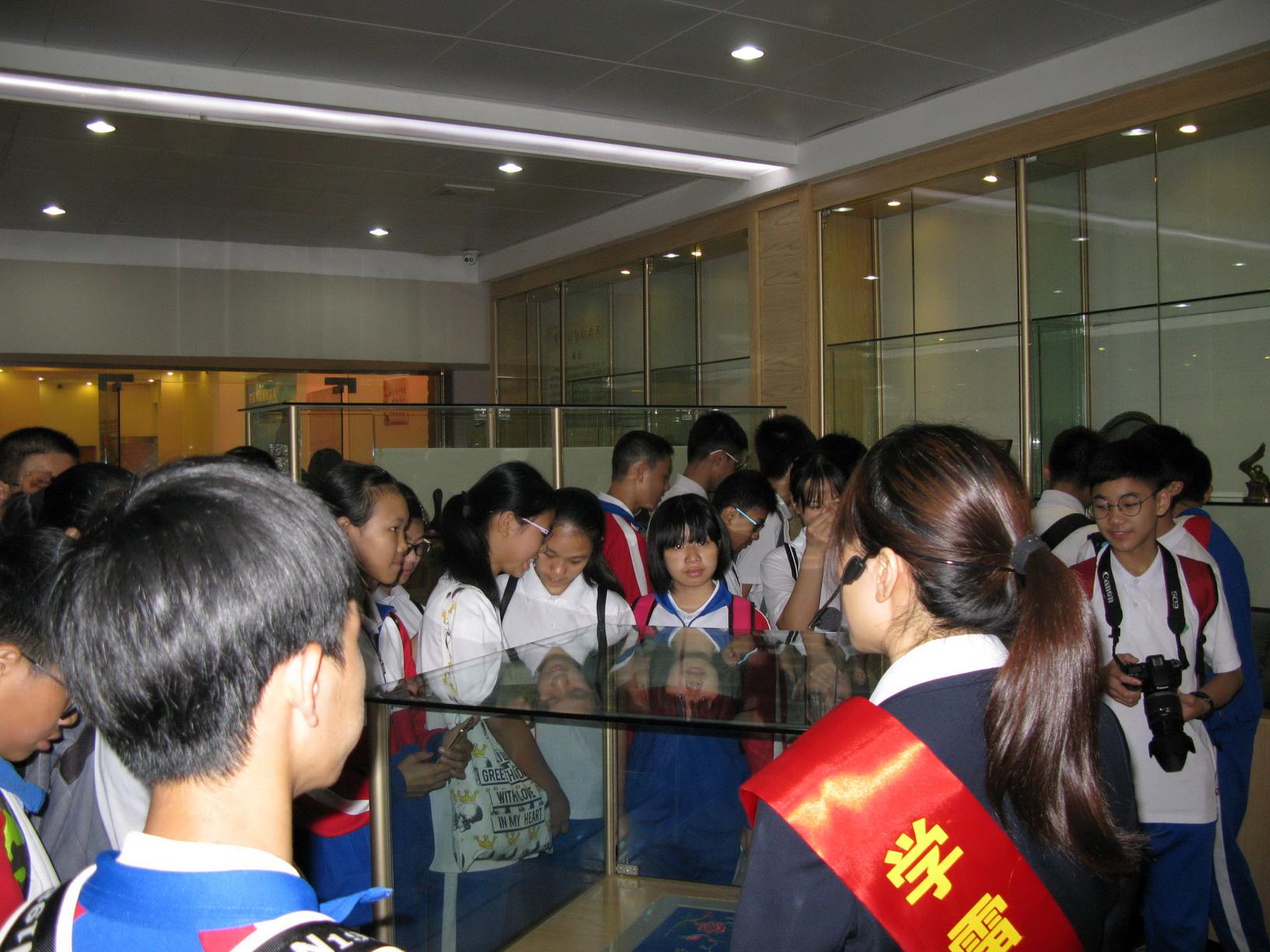 肇庆中学学生参观市档案馆教育基地接受爱国主义教育